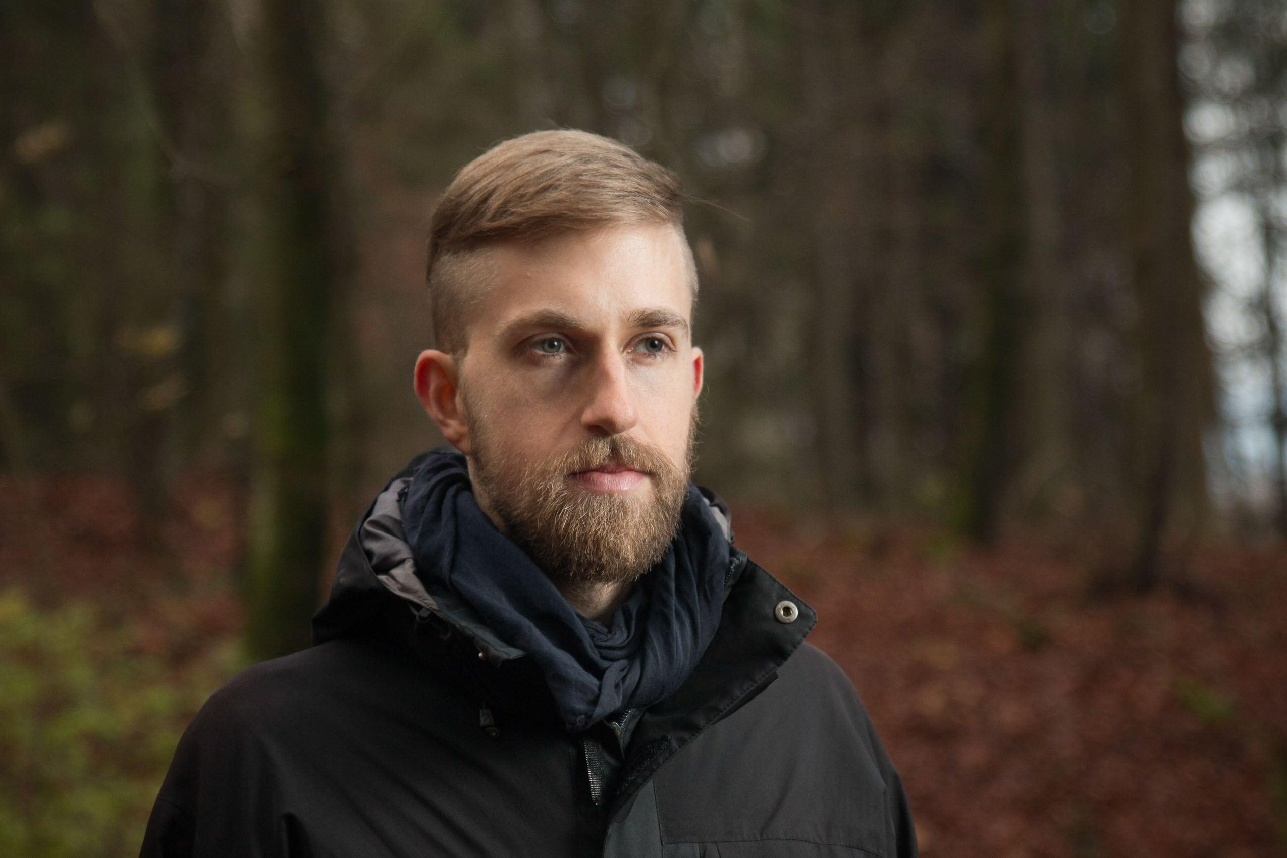Porträt von Flo im Herbstwald